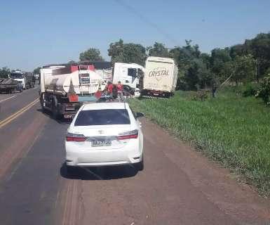 Acidente entre caminhões na BR-262 deixa trânsito lento em uma das pistas