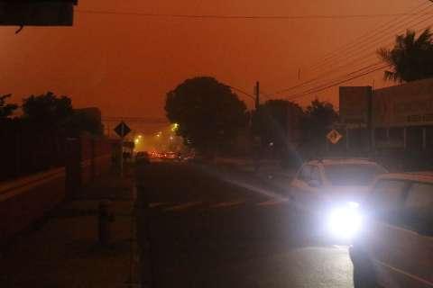 """Evento """"incomum"""", incêndios e frente fria provocaram tempestade de areia em MS"""