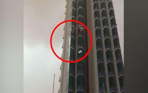 Vídeo mostra janelas de vidro despencando de hotel