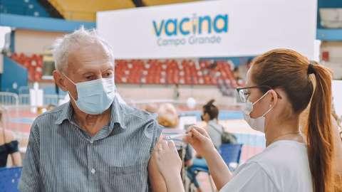 Vacinação contra covid tem início ao meio-dia em Campo Grande