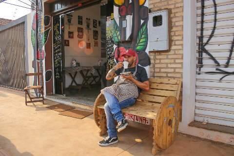 Portinha no centro vira café colorido com grão moído na hora e baguetes