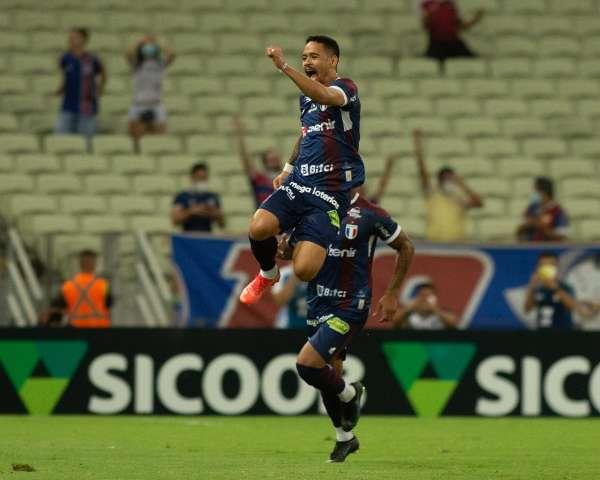 Fortaleza bate o Athletico e assume a vice-liderança do Brasileirão