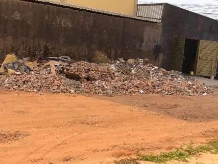 """Rua vira """"lixão"""" de entulho de obra de tabacaria e revolta vizinha no Guanandi"""