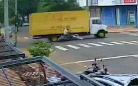 Caminhoneiro é preso após atropelar motociclista e fugir pelo centro da cidade
