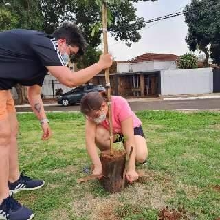 Aos 16 anos, Arthur tira gurizada de casa cedo para plantar árvore
