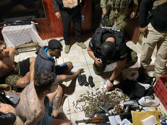 Cinco brasileiros procurados por homicídios são presos com arsenal na fronteira