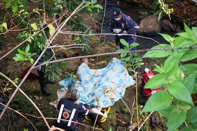 Dentro de córrego, casal é resgatado após queda de 6 metros