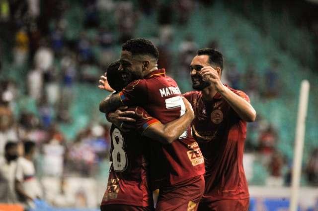 Bahia bate a Chapecoense e deixa a zona de rebaixamento do Brasileirão