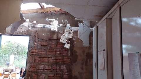 Temporal destrói teto de casa de mulher que abriga cerca de 90 animais