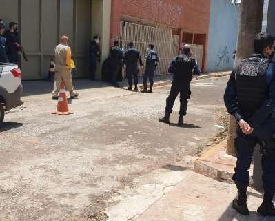 """Policial penal fecha rua com carro, arma """"circo"""" e mobiliza 4 equipes da PM"""