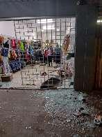 Guarda municipal invade loja de roupas com veículo na Capital