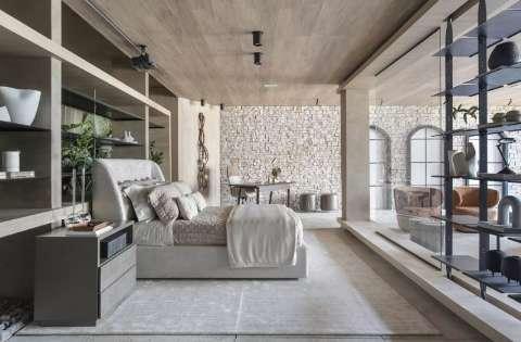 Sem paredes, casa de 126 m² tem adega e projetor no lugar da TV