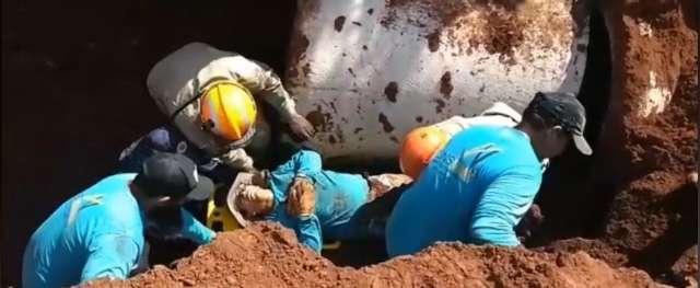 Trabalhador é socorrido com parte do corpo soterrado durante obra