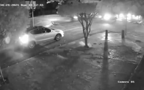 Viatura da Polícia Militar cruza sinal vermelho e atropela motoentregador