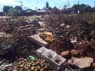 """Área de lazer de crianças do Tijuca vira """"lixão"""" cheio de entulhos"""