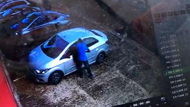 """Mulher é arrancada de carro e Saveiro """"perde"""" porta durante assalto"""