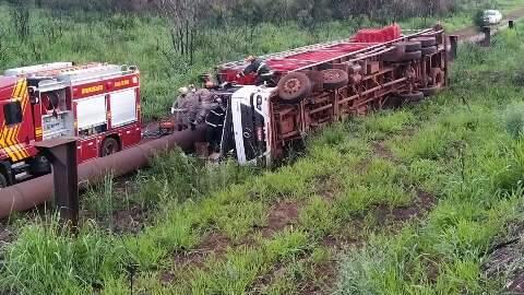 Caminhoneiro perde controle em curva e morre prensado na cabine