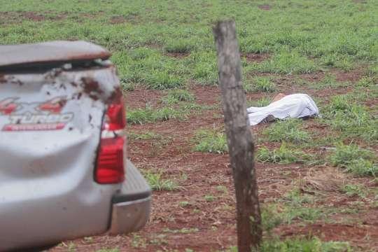 Caminhonete capota e motorista morre após ser arremessado por 10 metros