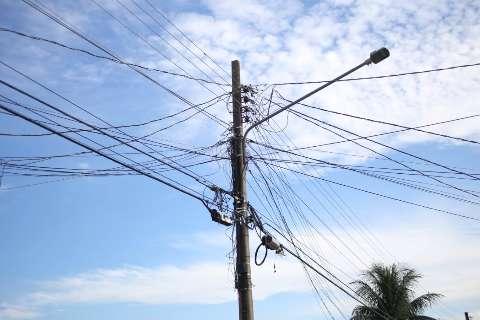 """Funcionários levam choque ao trocar lâmpadas de poste e um fica """"grudado"""""""