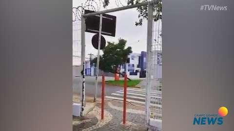 """Mercadão instala """"barreiras"""" a cadeirantes e indigna usuário"""