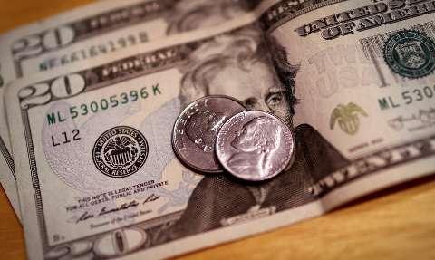 Dólar tem leva queda e fecha a R$ 5,55 em dia de Copom