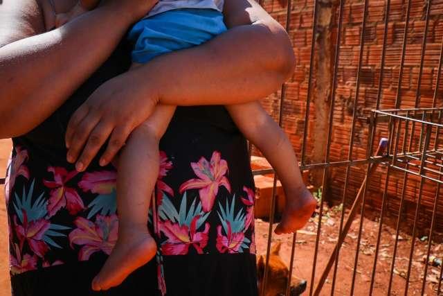 Bebê é atropelado por bandidos em fuga e para em capô de carro em movimento