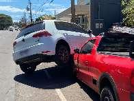 """Para evitar colisão, motorista desvia e acaba """"subindo"""" em Saveiro"""