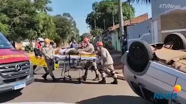 Bombeiros resgatam vítima de capotagem