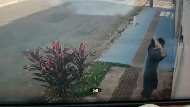 Policiais do Choque abordam assaltantes no bairro Amambai