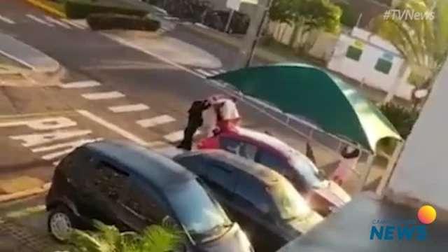 Policiais vistoriam veículo que depois foi apreendido
