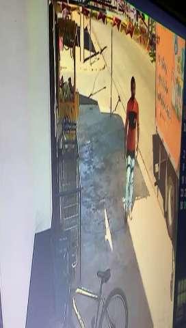 Câmeras flagram assalto em frente a supermercado