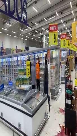 Mulher é filmada após surtar em mercado e quebrar garrafas